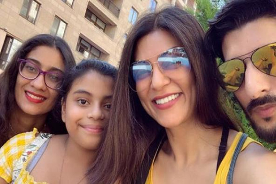 Sushmita shares some photos with her daughters and boyfriend, praising fans