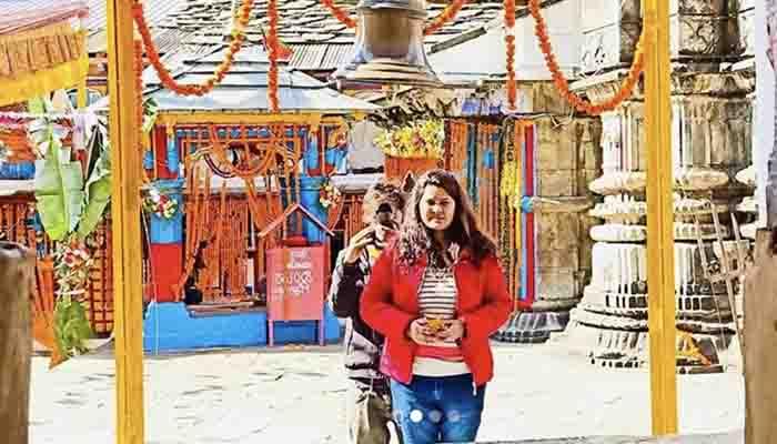 Hema Negi Karasi पहुंची बाबा ओंकारेश्वर महादेव के मंदिर, पूजा करते की फोटो शेयर।